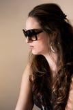 Verticale des femmes utilisant des lunettes de soleil Images libres de droits