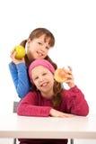 Verticale des filles avec des pommes Photos libres de droits