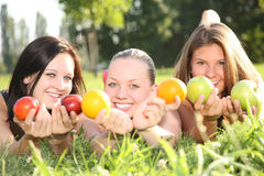 Verticale des filles d'un support de fruit Photographie stock libre de droits