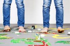 Verticale des filles jumelles mignonnes avec des peintures de doigt photographie stock