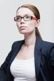 Verticale des glaces s'usantes d'une femme d'affaires images stock