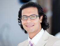Verticale des glaces s'usantes de sourire d'un homme d'affaires Photographie stock libre de droits