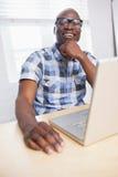 Verticale des glaces s'usantes de sourire d'un homme d'affaires Images stock