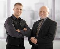 Verticale des hommes d'affaires aînés et juniors Image libre de droits