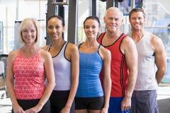 Verticale des hommes et des femmes à la gymnastique photos libres de droits