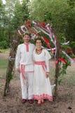 Verticale des nouveaux mariés heureux Photo stock