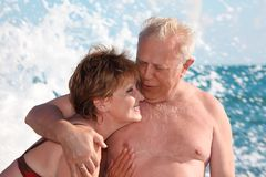 Verticale des paires âgées en vague déferlante de mer Image stock