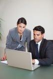 Verticale des personnes de ventes travaillant avec un carnet Photos libres de droits