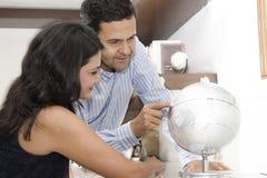 Verticale des vacances de planification de couples Photos libres de droits