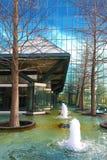 Verticale di esterno della costruzione della fontana a Dallas Immagine Stock
