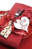 Verticale dichte omhooggaand van het rode de eettafel van themavalentine plaatsen royalty-vrije stock afbeelding