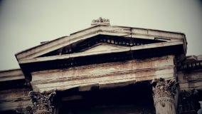 Verticale die pan van oud Grieks architectuuroriëntatiepunt wordt geschoten, zwart-witte film stock footage