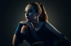 Verticale discrète d'une belle fille Projectile de studio photo stock