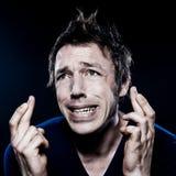 Verticale drôle d'homme avec les doigts croisés Photographie stock libre de droits