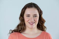 Verticale du beau sourire de femme photos stock