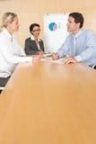 Verticale du gens d'affaires discutant une stratégie Image stock