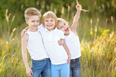 Verticale du jeu de trois enfants Photos stock