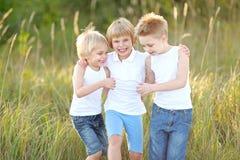 Verticale du jeu de trois enfants Photo libre de droits