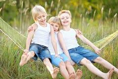 Verticale du jeu de trois enfants Image libre de droits