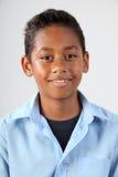 Verticale du jeune garçon d'école heureux 11 dans le studio Images libres de droits
