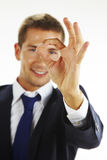 Verticale du jeune homme beau faisant des gestes le signe en bon état Image libre de droits