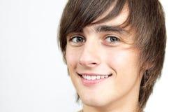Verticale du jeune homme de sourire Image libre de droits