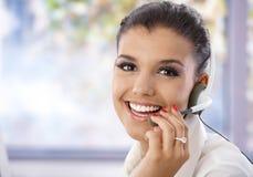 Verticale du joli sourire d'expéditeur photos stock