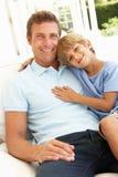 Verticale du père et du fils détendant sur le sofa Images stock