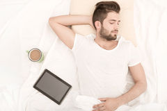 Verticale du sommeil de jeune homme Image libre de droits
