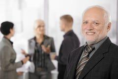 Verticale du sourire aîné d'homme d'affaires Images libres de droits