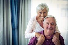 Verticale du sourire aîné de couples Image libre de droits