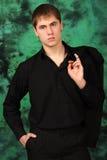 Verticale du type dans une chemise noire avec une jupe Photographie stock