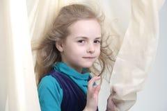 Verticale dynamique d'une fille heureuse Photographie stock libre de droits