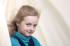 Verticale dynamique d'une fille heureuse Images libres de droits