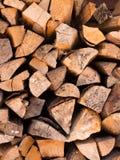 Verticale en bois de fond coupée par pile images stock