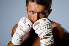 Verticale en gros plan d'un énergie-boxeur dans une position de combat Image stock