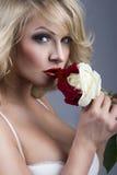 Verticale en gros plan de belle femme blonde Images libres de droits