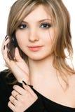Verticale en gros plan de jolie fille avec un téléphone Photographie stock libre de droits