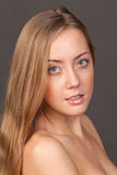 Verticale en gros plan de visage de jeune femme Image stock