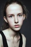 Verticale en gros plan de visage de jeune femme sans renivellement I naturel photos stock