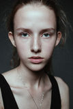 Verticale en gros plan de visage de jeune femme sans renivellement I naturel photographie stock libre de droits