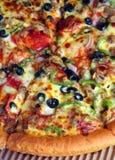 Verticale estremo del primo piano della pizza Fotografie Stock Libere da Diritti