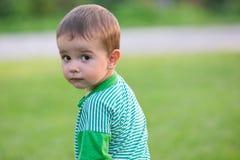 Verticale expressive d'un petit garçon adulte photo libre de droits
