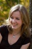 Verticale extérieure blonde de sourire Photo libre de droits