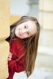 Verticale extérieure d'une fille de sourire photo stock