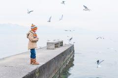 Verticale extérieure d'une petite fille mignonne Photo libre de droits