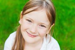 Verticale extérieure d'une petite fille mignonne Image stock