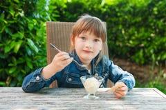 Verticale extérieure d'une petite fille mignonne Photographie stock