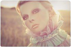Verticale extérieure de belle femme photo stock