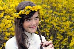 Verticale extérieure de fille couverte de taches de rousseur heureuse Image stock